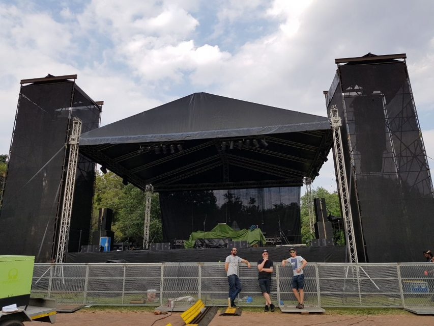 staging and rigging at large event